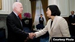 台灣總統蔡英文去年接見美國聯邦參議院軍事委員會主席麥凱恩(圖片來源:台灣總統府)