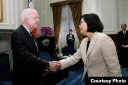 台灣總統蔡英文6月5日接見美國聯邦參議院軍事委員會主席麥凱恩(圖片來源:台灣總統府)