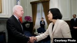蔡英文6月5日接見美國聯邦參議院軍事委員會主席麥凱恩(圖片來源:台灣總統府)