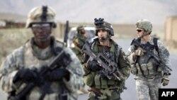 Binh sĩ Pháp tuần tra chung với binh sĩ Hoa Kỳ tại một ngôi làng trong vùng đồi núi của tỉnh Wardak ở Afghanistan
