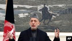 阿富汗总统卡尔扎伊在记者会上发表讲话