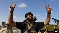 利比亚临时当局的武装人员9月24日准备攻打苏尔特