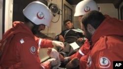 黎巴嫩医务人员治疗一位从叙利亚逃过来的受伤者
