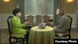 미국을 방문 중인 박근혜 한국 대통령(왼쪽)이 6일 미국 CBS 방송과 인터뷰를 갖고 있다. CBS 방송 화면.