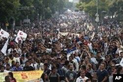 Aksi protes warga menuntut dibukanya kembali penyelidakan hilangnya 43 mahasiswa sekolah tinggi keguruan di Mexico City, 26 September 2019.