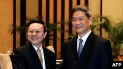 台灣陸委會主委王郁琦 (左) 與大陸國台辦主任張志軍 (右) 2014年2月11日在南京會面