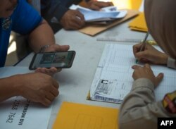 Para kerabat penumpang pesawat Lion Air JT610 yang jatuh di lepas pantai Karawang, menyerahkan dokumen dan foto kerabat mereka ke unit identifikasi korban di Rumah Sakit Polri, Jakarta, 30 Oktober 2018.