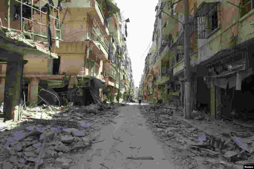 A general view shows a street after clashes between Free Syrian Army fighters and forces loyal to President Bashar Al-Assad, in Salah Edinne district, in the center of Aleppo, August 9, 2012.