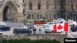 Polisi Kanada RCMP bersiaga di sekitar gedung parlemen menyusul insiden penembakan di Ottawa, 22 Oktober 2014 (Foto: dok).