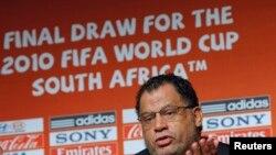 Danny Jordaan, directeur exécutif du comité local de la Coupe du monde de 2010 donne une conférence de presse à Cape Town, le 1er décembre 2009.