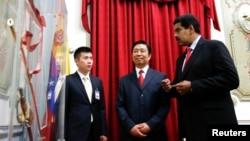El presidente de Venezuela Nicolás Maduro le muestra al vice presidente de China Li Yuanchao la espada del héroe nacional Simón Bolívar.