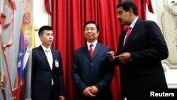 El presidente de Venezuela, Nicolás Maduro, y el vicepresidente chino, Ly Yuanchao (centro) en Caracas en mayo pasado.