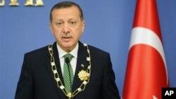 PM Turki Recep Tayyip Erdogan memberikan keterangan pers bahwa kargo yang disita Turki dari pesawat penumpang Suriah berisi peralatan militer dan amunisi (11/10).