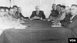 Seyid Cəfər Pişəvəri Mili Hökumətin kabinet iclasına sədrlik edir, 1945.