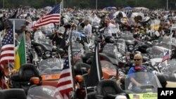 """Hàng ngàn người lái xe gắn máy cỡ lớn thuộc tổ chức toàn quốc là """"Rolling Thunder"""" tiến về thủ đô Washington"""