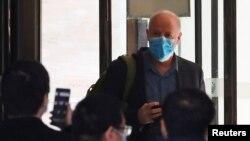 Учасник делегації ВООЗ вперше виходить з готелю в місті Ухань в Китаї після двох тижнів карантину. 28 січня 2021 р.
