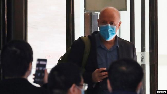 彼得·达萨克(Peter Daszak)作为负责调查新冠病毒起源的世卫组织专家组成员离开他在中国湖北省武汉市的隔离酒店,2021年1月28日。