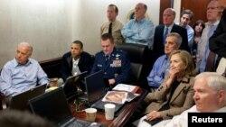 Các quan chức Mỹ theo dõi thông tin cập nhật về chiến dịch triệt hạ bin Laden ở Nhà Trắng hôm 1/5/2011.