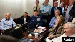 Predsednik Barak Obama, potpredsednik Džozef Bajden i članovi tima za nacionalnu bezbednost posmatraju misiju tokom koje je ubijen Osama bin Laden