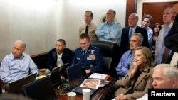 صدر اوباما اور ان کی سکیورٹی ٹیم وائٹ ہاؤس میں آپریش کی براہ راست وڈیو دیکھ رہے ہیں۔ فائل فوٹو