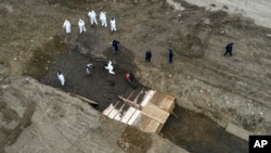 纽约当局在哈特岛挖掘大型坑道集体埋葬死者(2020年4月9日)