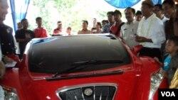 Menteri BUMN Dahlan Iskan siap mengujicoba kemampuan Tucuxi, mobil sport listrik produksi Indonesia (VOA/Yudha Satriawan)