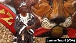 Moustapha Thiombiano, devant sa télé, TVZ Africa à Ouagadougou, Burkina Faso. (VOA/Lamine Traoré)
