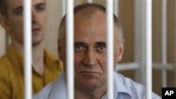 2011年5月26号前白俄罗斯反对派总统候选人米高拉·斯塔特克维奇在牢笼中接受法庭审判。