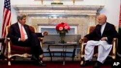 美國國務卿克里10月11日在喀布爾與阿富汗總統卡爾扎伊舉行會談
