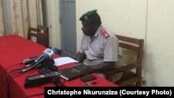 Major Clément Cimana porte-parole adjoint du ministère de la Défense lors du conférence de presse à Bujumbura, Burundi, 22 mars 2016.