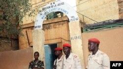 Des soldats devant l'entrée de la prison de Niamey, le 1er juin 2013.