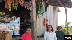 Bà Nat Sota, một dân làng ở Hạ Sesan 2, tụ tập cùng nhiều dân làng khác cũng bị tác động bởi nạn lụt do công trình xây đập Hạ Sesan gây ra ở tỉnh Stung Treng, ngày 28/11/2018 (Sun Narin/VOA Khmer)