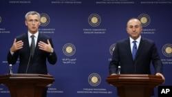 NATO Bosh kotibi Yens Stoltenberg (chapda) va Turkiya Tashqi ishlar vaziri Mevlut Chavusho'g'li Anqarada, 9-oktabr, 2014-yil