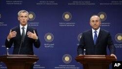 Tổng thư ký NATO Jens Stoltenberg (trái) phát biểu trong cuộc họp báo chung với Bộ trưởng Ngoại giao Thổ Nhĩ Kỳ Mevlut Cavusoglu tại Ankara, ngày 9/10/2014.