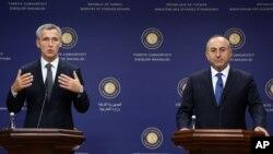Sekjen NATO Jens Stoltenberg (kiri) dan Menlu Turki Mevlut Cavusoglu (kanan) di Ankara, Turki (9/10).