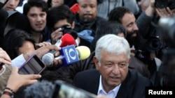 A.M. Lòpez Obrador, pandan li ta prale depoze bilten li nan vil Meksiko nan prezidansyèl dimanch premye jiyè a.
