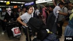 WNI yang mengungsi dari Jepang tiba di Bandara Soekarno-Hatta, Selasa (15/3).