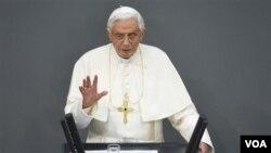 Paus Benediktus memberikan pidato dalam kunjungan di Berlin, Jerman (22/9).