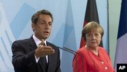 德国总理默克尔和法国总统萨科齐(左)在柏林记者会上