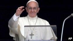 Pope Francis récite l'Angelus de sa fenêtre, sur la place Saint-Pierre, au Vatican, le 23 juillet 2017.