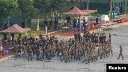 15일 홍콩과 다리로 연결된 중국 선전만 선전 스포츠센터에 군인들이 모여있다.