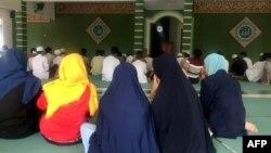 Anak-anak dari pelaku bom bunuh diri atau yang terlibat langsung dalam perencanaan serangan teror sedang mengikuti acara Ramadan di sebuah masjid di rumah aman atau safe house, 10 Mei 2019.(Foto: AFP)