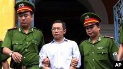 警方押解越南異見人士范明黃離開法院