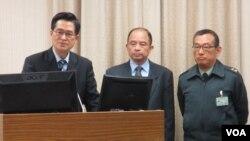 台灣國防部長嚴德發(左一)2月25號在立法院外交及國防委員會接受質詢 。