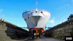 美軍藍岭號旗艦2017年12月28日在船塢接受維護更新(美國海軍)