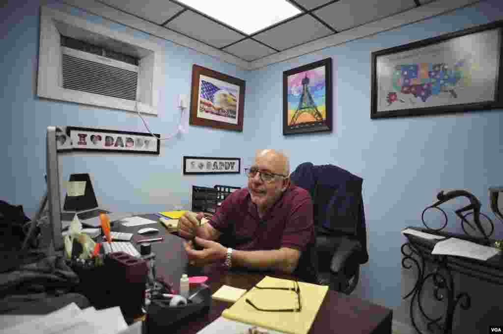 El exiliado cubano, Serafín Blanco, llegó de Cuba con solo 14 años. Tras dedicarse a la fabricación de tejidos, decidió en 1996 instalar su tienda enfocada en las necesidades de sus compatriotas que viven en la isla y sus familiares en Estados Unidos.