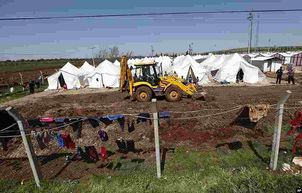 Workers use a bulldozer to make space for new tents at Reyhanli refugee camp in Hatay province on the Turkish-Syrian border, March 19, 2012. (Reuters)