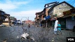 印控克什米尔首府斯利那加的街道上到处都是路障。(2018年9月28日,美国之音朱诺拍摄)