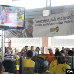 Para penonton di Brazil menonton bareng pertandingan tim nasionalnya.