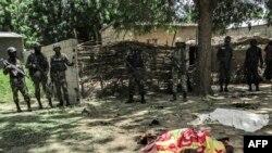 Des forces de sécurité camerounaises dans l'extrême-nord du Cameroun, dans le village de Kolofata, le 13 septembre 2015.